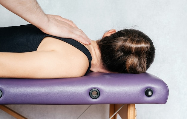 웰빙 센터에서 손 마사지로 휴식을 취하는 여성, 뷰티 센터에서 치료사 마사지 환자