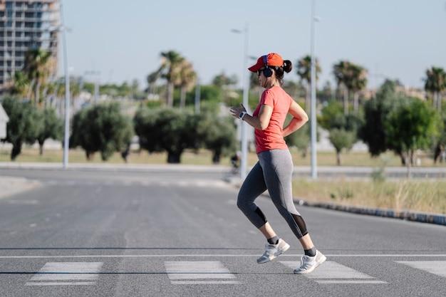 シマウマの交差点を走る女性