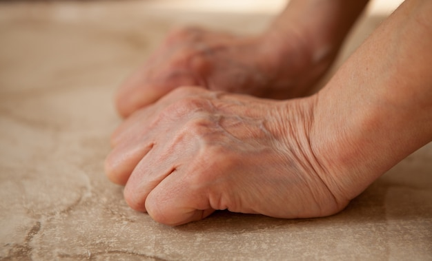 大理石の上の女性の手
