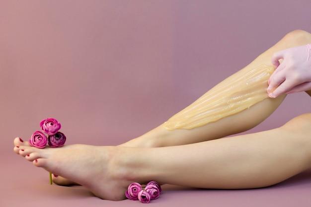 Женщина сидит на диване с изящно поднятыми ногами
