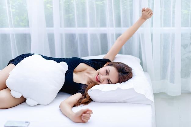 白いマットレスで寝ている女性健康のための睡眠と休息の概念
