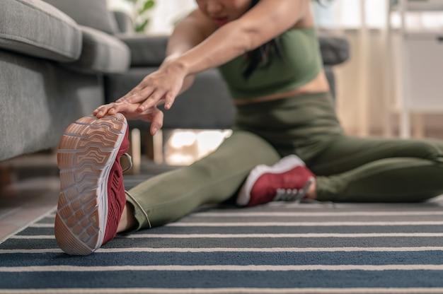 스트레칭하는 여성, 운동 세션을 위해 워밍업