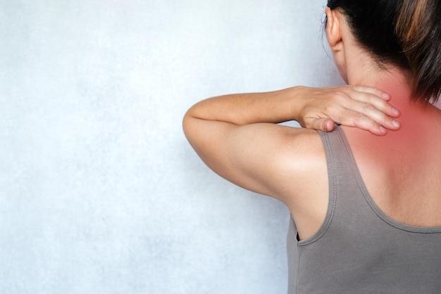 목 통증으로 고통받는 여성과 통증 완화를 위해 목 마사지, 목 통증 완화 운동