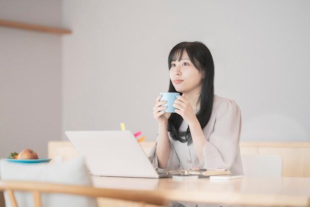 Женщина делает перерыв во время работы из дома