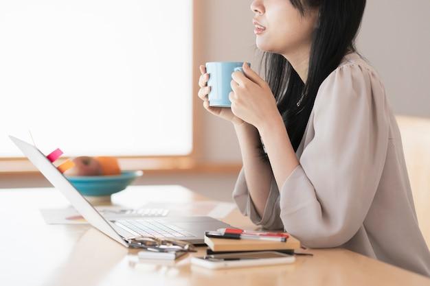 집에서 일하면서 휴식을 취하는 여성