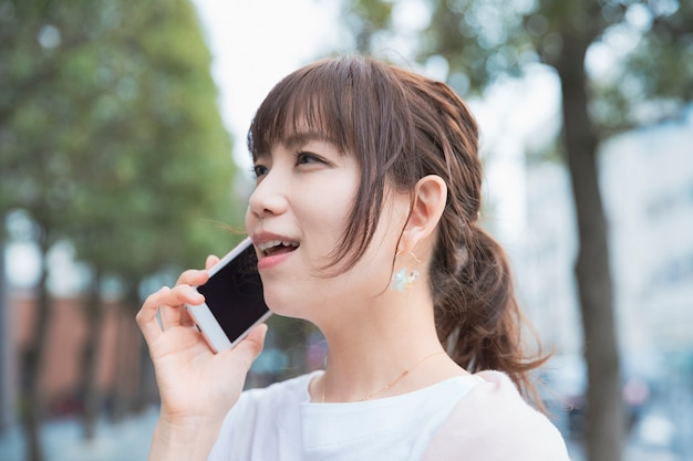 スマートフォンで話している女性
