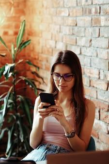 전화로 얘기하고 친구들과 채팅하는 여자