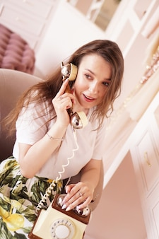 여자가 전화로 이야기