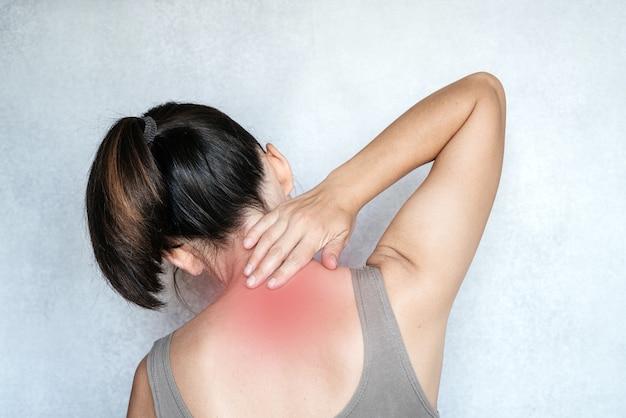 손으로 목을 만지는 여성, 목 통증, 목 통증 완화 운동