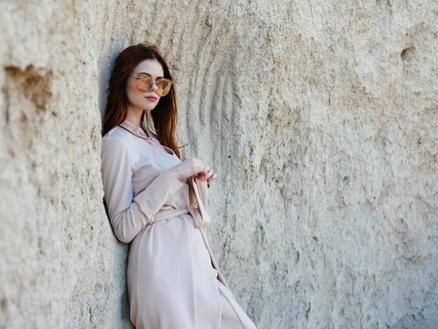 女性は屋外の自然の中の岩の中を旅します。高品質の写真