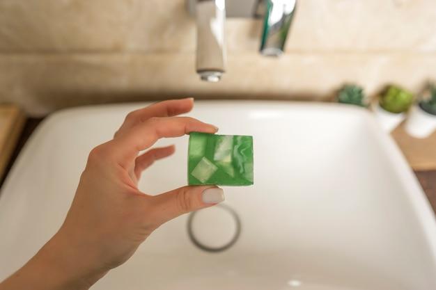 手作りのアロマソープで手を洗いたい女性