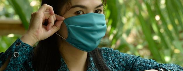 Женщина в маске для защиты от вируса, covite 19 - опасное инфекционное заболевание. следует носить защитные маски