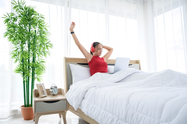 Женщина в повседневной одежде, работающая из дома, онлайн-встреча, видеозвонок, конференция, покупки в интернете и обучение онлайн