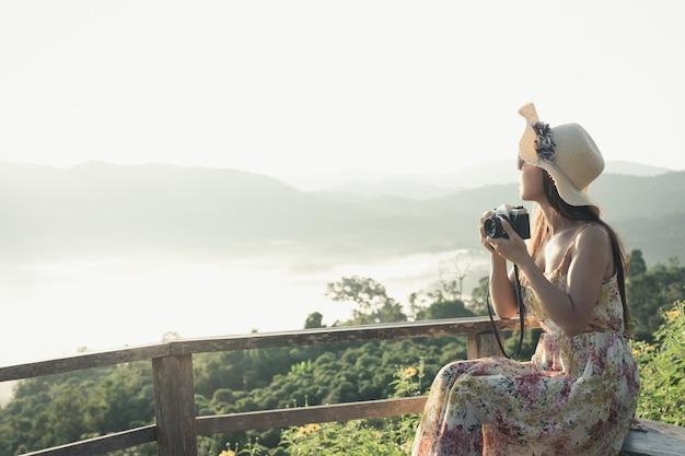 산 전망을 볼 수있는 카메라를 가진 여자