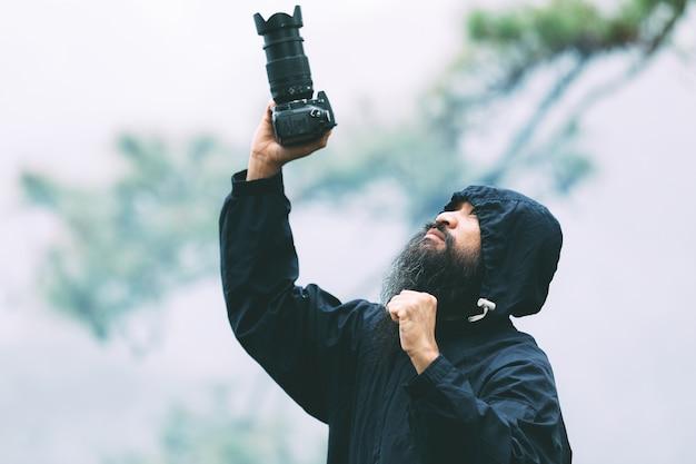 Женщина с фотоаппаратом всемирный день фотографа.