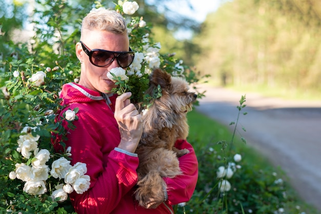 Женщина с собакой в цветах. для любых целей.