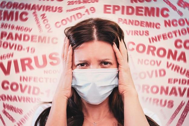 코로나바이러스 covid-2019의 소식에 겁에 질린 얼굴에 마스크를 쓴 여성. 패닉 상황. 질병에 대한 두려움. 코로나바이러스 확산의 개념. 환자는 코로나19를 두려워합니다.