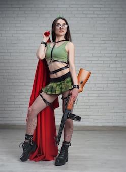 Женщина с красным флагом в военной форме ссср со страйкбольным пистолетом ппш-41