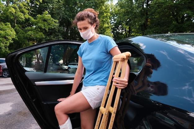 다리를 다친 여성이 차에 탔다 정형 석고 정형 목발