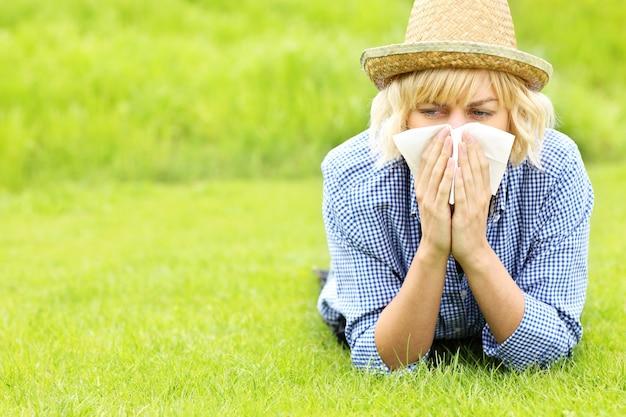 Женщина с аллергией тканей на траву