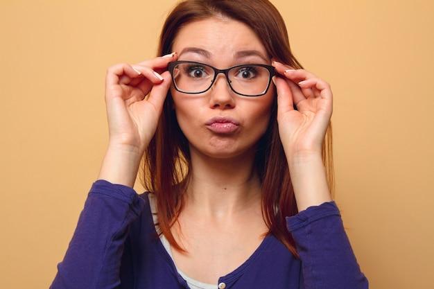 시력 문제가있는 여성이 안경을 들고