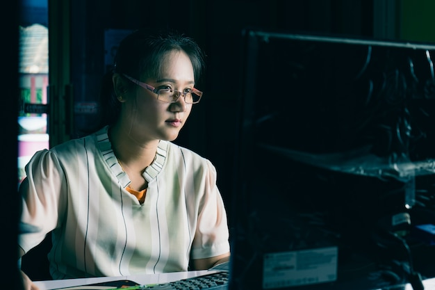 Женщина работает дома в темноте