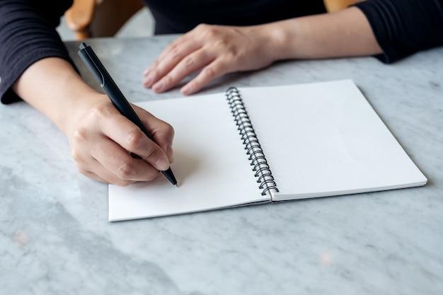 ノートに書いている女性