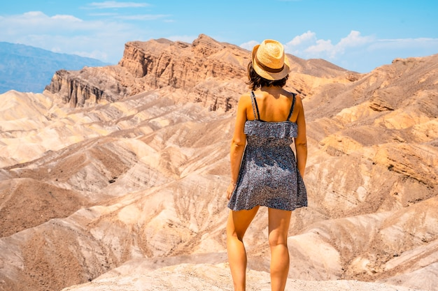 Женщина в красивом забрискр-пойнт, калифорния. соединенные штаты