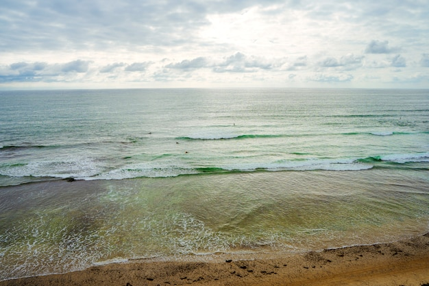 Прекрасный пейзаж на тихом океане волны в пасмурную погоду на побережье калифорнии.