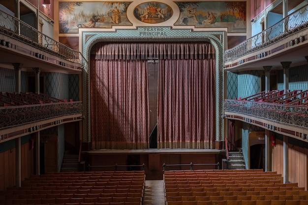 今放棄された素晴らしい古い劇場。