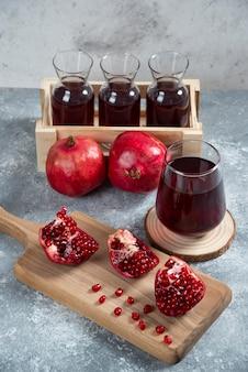 달콤하게 익은 석류 주스가 가득한 나무 바구니.