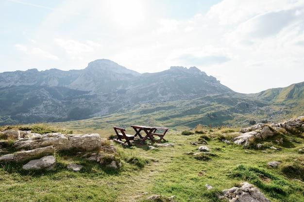 Деревянная скамейка в горах черногории в национальном парке дурмитор перевал седло