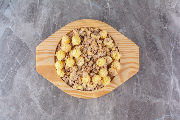 아침 식사로 건강하고 맛있는 시리얼이 가득한 나무 판.