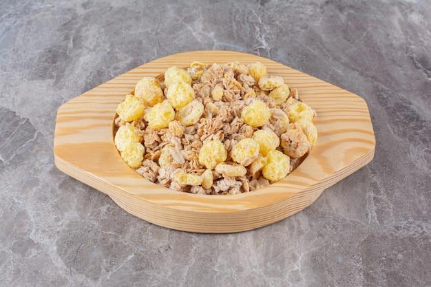 아침 식사로 건강에 좋은 맛있는 시리얼로 가득한 나무 판자