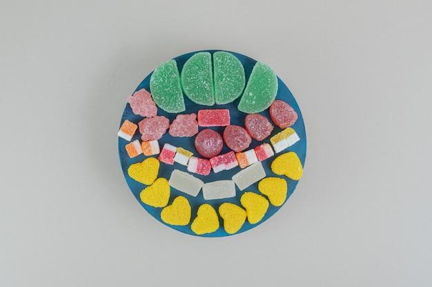 甘いゼリーキャンディーがいっぱいの木の板。