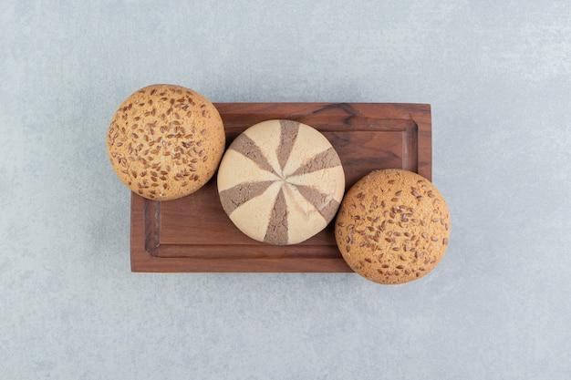 甘いクッキーがいっぱいの木の板。