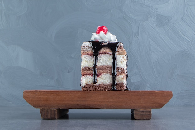 クリーミーなケーキの木の板