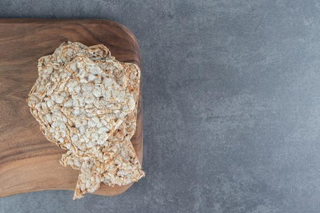 바삭 바삭한 사각 쌀 와플의 나무 판.