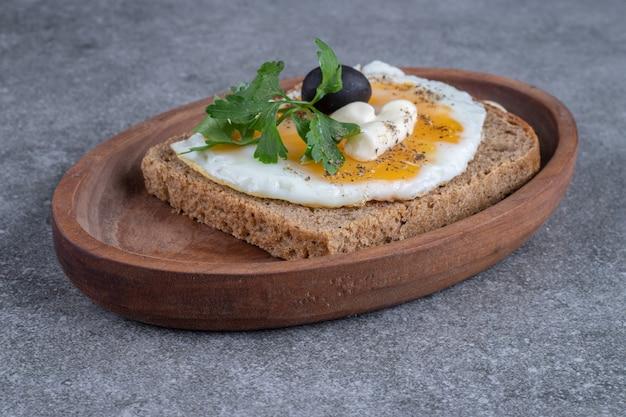 ゆで卵とおいしいトーストの木の板。高品質の写真