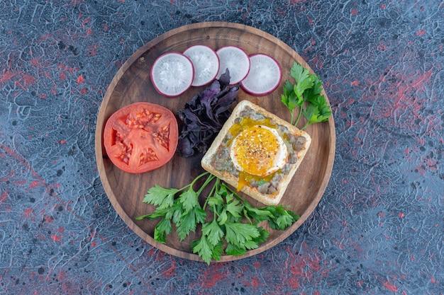 Деревянная доска вкусных тостов с мясом и овощами