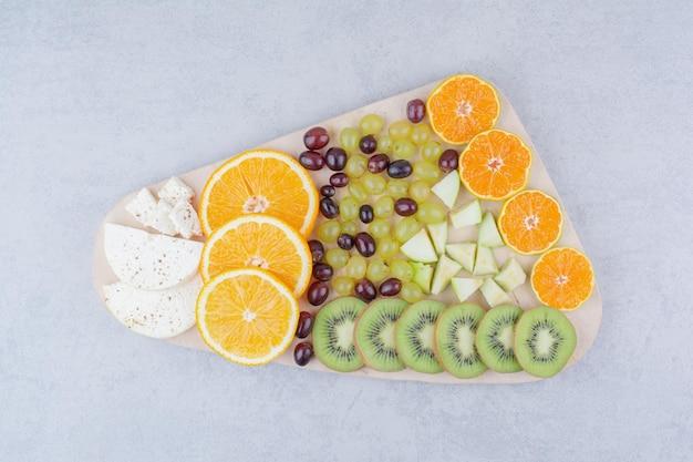 흰색 바탕에 신선한 과일의 나무 보드. 고품질 사진