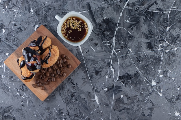 ミニクロワッサンとチョコレート豆とコーヒー豆の木の板。