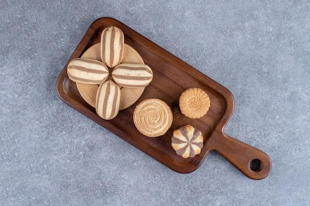 さまざまなクッキーが束ねられた木の板