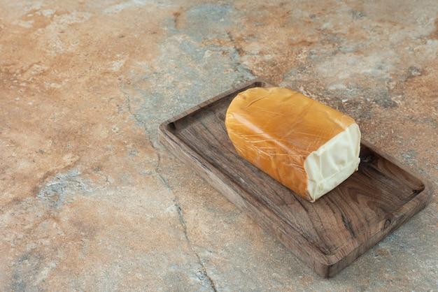 대리석 테이블에 치즈와 나무 보드입니다.
