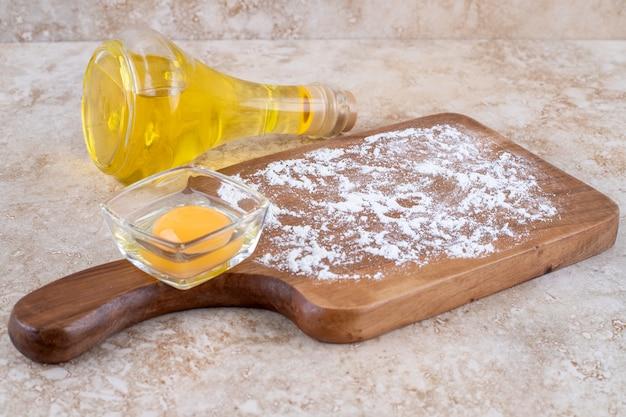생 노른자 나무 판과 기름 한 병