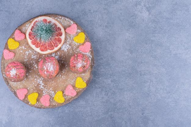 설탕 젤리 사탕과 쿠키가 들어간 나무 판
