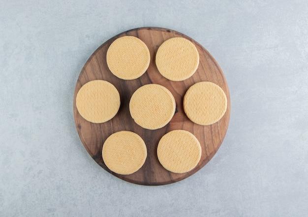 Деревянная доска с сладким круглым печеньем.