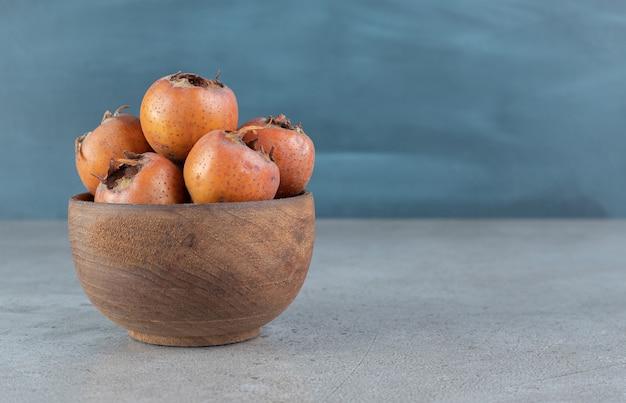 新鮮でジューシーな柿がたっぷり入ったお椀。高品質の写真