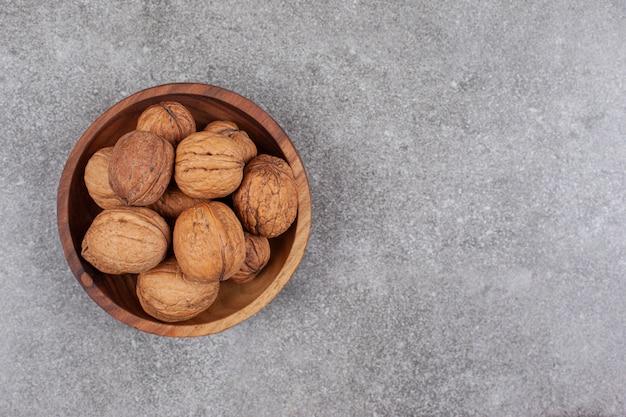 堅い殻の健康なクルミでいっぱいの木製のボウル