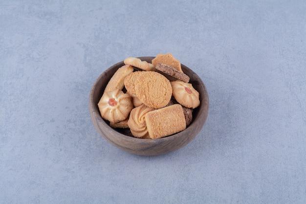 Деревянная миска вкусного сладкого печенья.